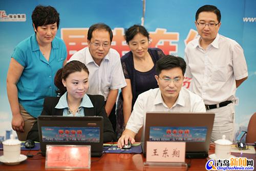 青岛市统计局王东翔副局长(一排右一)与网民在线交流 (摄影 周琦)