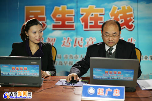 青岛市气象局局长赵广忠(右一)与网民在线交流