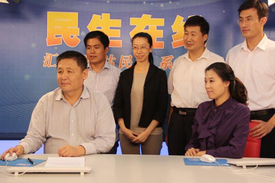 青岛保税港区管委会副主任吉兴亮(一排左一)与网民交流 (周琦 摄)