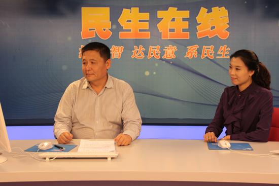 青岛保税港区管委会副主任吉兴亮(左一)与网民交流 (周琦 摄)