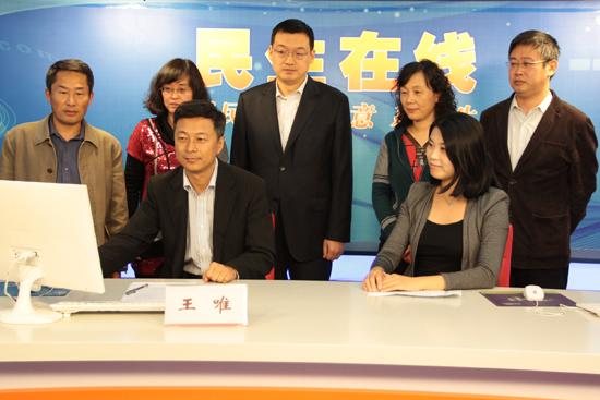 青岛市经济和信息化委副主任王唯(一排左一)与网民在线交流 (周琦